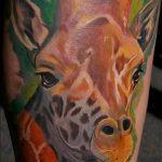 Классный пример готовой наколки жираф – рисунок подойдет для тату жираф на ноге