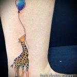 Уникальный пример выполненной наколки жираф – рисунок подойдет для тату жираф на акуле