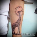 Оригинальный пример существующей татуировки жираф – рисунок подойдет для тату жираф в очках