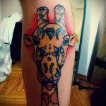 Классный пример существующей татуировки жираф – рисунок подойдет для тату жираф на акуле