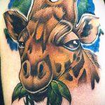 Классный вариант существующей наколки жираф – рисунок подойдет для тату жираф в очках