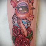 Интересный вариант выполненной татуировки жираф – рисунок подойдет для тату жираф на ноге