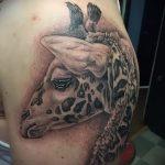 Крутой вариант нанесенной татуировки жираф – рисунок подойдет для тату жираф акварель