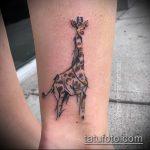 Классный пример нанесенной тату жираф – рисунок подойдет для тату жираф на предплечье