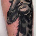 Уникальный вариант выполненной наколки жираф – рисунок подойдет для тату жираф акварель