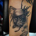 Зачетный вариант нанесенной татуировки жук – рисунок подойдет для тату жук биомеханика