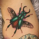 Интересный пример существующей тату жук – рисунок подойдет для тату жука на ноге