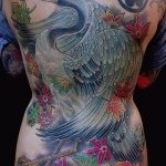 Интересный пример готовой тату журавль – рисунок подойдет для тату аист и цветы