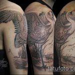 Оригинальный пример нанесенной тату журавль – рисунок подойдет для тату журавль на спине