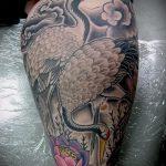 Зачетный вариант выполненной татуировки журавль – рисунок подойдет для тату журавлик оригами на шее