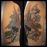 Зачетный вариант выполненной тату журавль – рисунок подойдет для тату аист и цветы