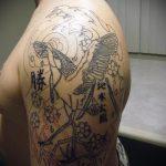 Классный вариант выполненной татуировки журавль – рисунок подойдет для тату журавль на спине