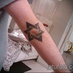 Прикольный вариант нанесенной тату звезды на локтях – рисунок подойдет для тату звезды на локтях у девушек