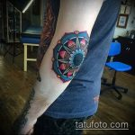 Оригинальный пример выполненной татуировки звезды на локтях – рисунок подойдет для тату звезды на локтях мужской