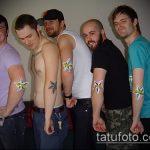 Интересный вариант выполненной тату звезды на локтях – рисунок подойдет для тату звезды на локтях рук