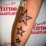 Оригинальный пример нанесенной тату звезды на локтях – рисунок подойдет для тату звезды на локтях тату