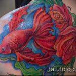 Уникальный пример выполненной тату золотая рыбка – рисунок подойдет для тату золотая рыбка на боку