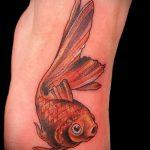 Зачетный вариант нанесенной татуировки золотая рыбка – рисунок подойдет для тату золотая рыбка на боку