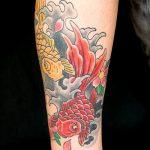 Прикольный вариант нанесенной татуировки золотая рыбка – рисунок подойдет для тату золотая рыбка в короне