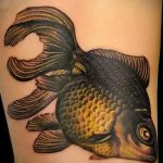 Оригинальный вариант существующей тату золотая рыбка – рисунок подойдет для тату золотая рыбка на спине