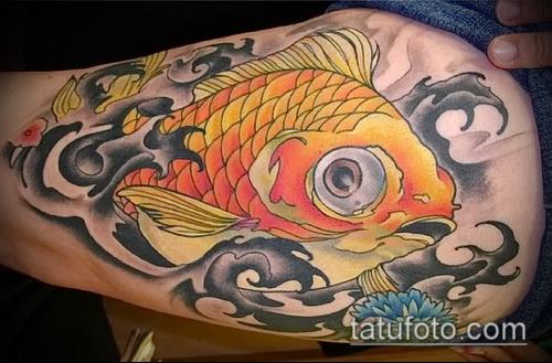 Зачетный вариант нанесенной наколки золотая рыбка – рисунок подойдет для тату золотая рыбка и лотос