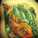 Уникальный пример нанесенной тату золотая рыбка – рисунок подойдет для тату золотая рыбка на ноге