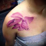 Классный вариант существующей татуировки золотая рыбка – рисунок подойдет для тату золотая рыбка на лопатке