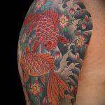 Интересный пример выполненной наколки золотая рыбка – рисунок подойдет для тату золотая рыбка для девушки