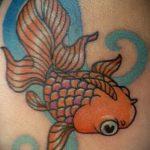 Прикольный вариант готовой тату золотая рыбка – рисунок подойдет для тату золотая рыбка с короной