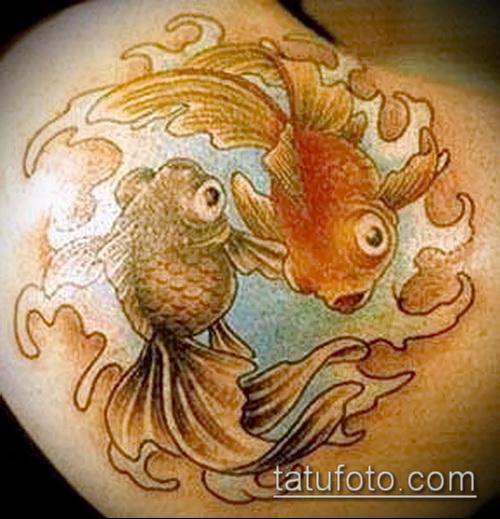 Прикольный вариант нанесенной наколки золотая рыбка – рисунок подойдет для тату золотая рыбка на запястье