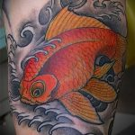 Оригинальный вариант нанесенной татуировки золотая рыбка – рисунок подойдет для тату золотая рыбка в короне
