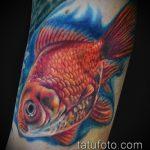 Интересный пример нанесенной наколки золотая рыбка – рисунок подойдет для тату золотая рыбка на спине