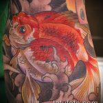 Классный вариант нанесенной татуировки золотая рыбка – рисунок подойдет для тату золотая рыбка на крючке