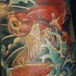 Прикольный пример нанесенной тату золотая рыбка – рисунок подойдет для тату золотая рыбка с короной