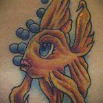 Уникальный вариант существующей татуировки золотая рыбка – рисунок подойдет для тату золотая рыбка на спине