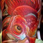 Классный вариант нанесенной наколки золотая рыбка – рисунок подойдет для тату золотая рыбка и лотос