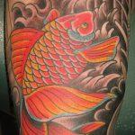 Зачетный пример выполненной татуировки золотая рыбка – рисунок подойдет для тату золотая рыбка на лопатке