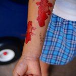 Оригинальный вариант нанесенной татуировки золотая рыбка – рисунок подойдет для тату золотая рыбка на лопатке