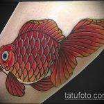 Оригинальный вариант выполненной тату золотая рыбка – рисунок подойдет для тату золотая рыбка на лодыжке