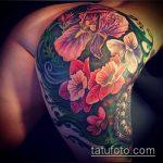 Крутой пример готовой татуировки ирис – рисунок подойдет для тату ирис на пояснице