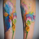Прикольный пример нанесенной наколки ирис – рисунок подойдет для тату ирисы на руке