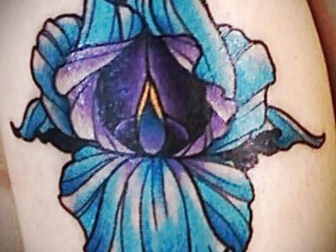 Уникальный пример существующей наколки ирис – рисунок подойдет для тату ирисы на спине