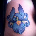 Прикольный пример нанесенной наколки ирис – рисунок подойдет для тату ирис на руке