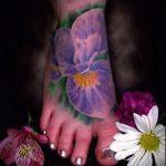 Крутой пример нанесенной наколки ирис – рисунок подойдет для тату ирис на руке