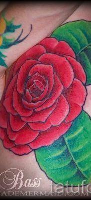 Прикольный вариант наколки камелия на фотографии для публикации про толкование рисунка цветка камелии в тату