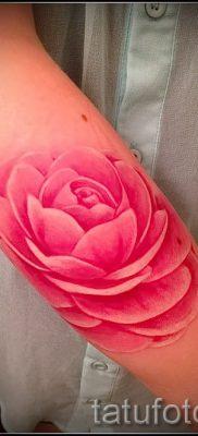 Интересный вариант наколки камелия на фото для статьи про историю рисунка цветка камелии в тату