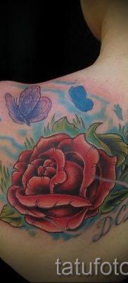 Прикольный вариант татутатуировки камелия на фото для статьи про историю рисунка цветка камелии в татуировке