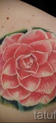 Достойный вариант наколки камелия на фото для материала про значение рисунка цветка камелии в тату