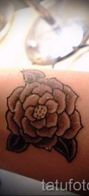 Необычный вариант наколки камелия на фото для материала про историю рисунка цветка камелии в тату