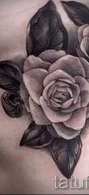 Необычный вариант наколки камелия на фотографии для заметки про смысл рисунка цветка камелии в тату